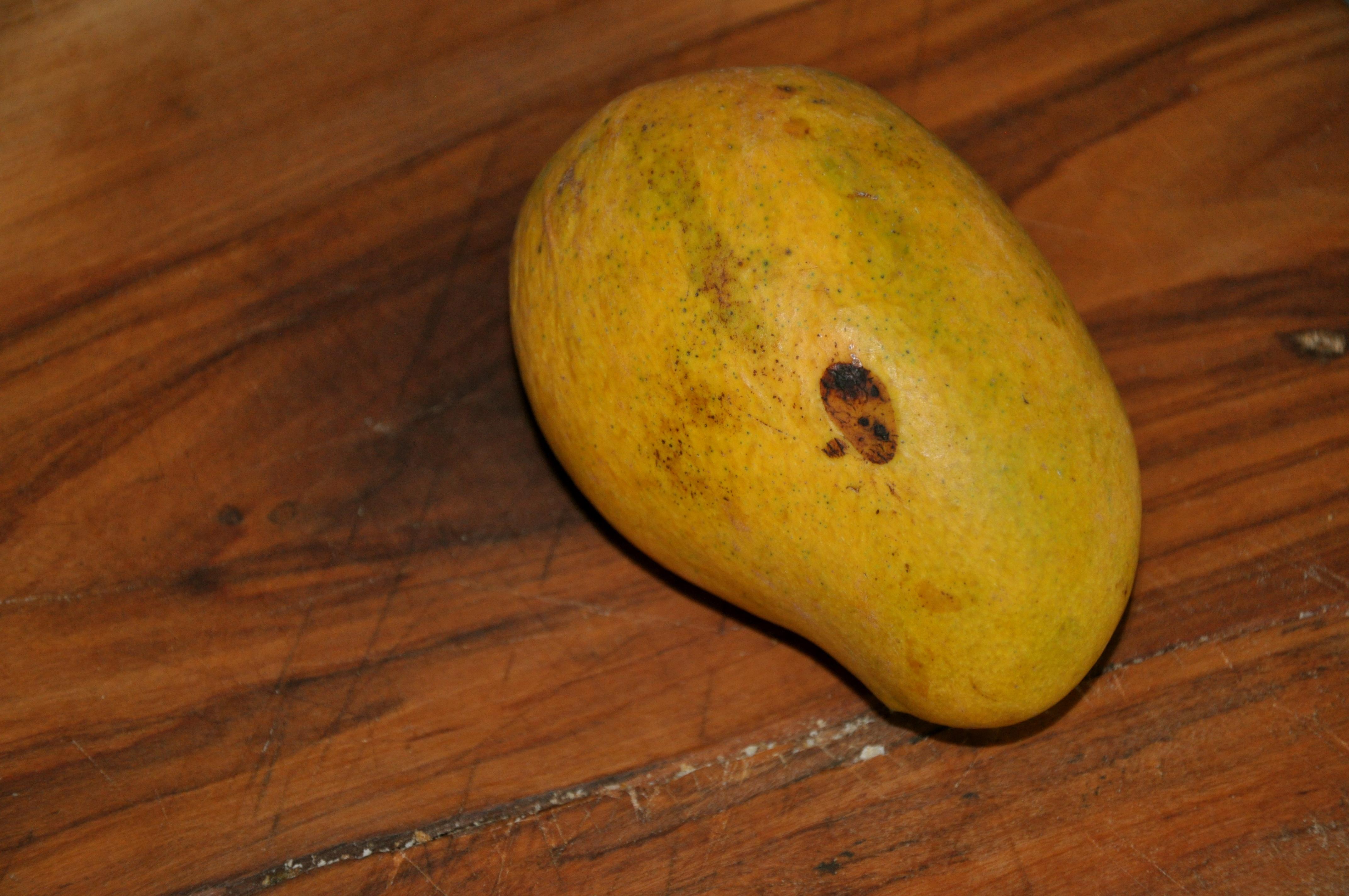 how to cut a champagne mango